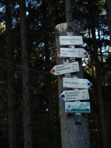 Jen kousek výš je rozcestí turistických značek Pod Buglatou, odkud cesty míří na jedné straně do Netolic, na opačné do Kuklova a Brlohu, a také na vrchol Kluku.