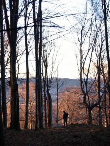 Pomalu zapadající slunce saturuje okolí do jemných barev, zatímco Luděk s Vločkou nahlíží do údolí k Vadkovu a Lhenicím.