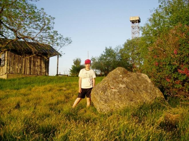 U chatky, vedle které přespíme ve stanech, je i vzdušná vojenská hlídková věž. Dalo by se na ní i vylézt, ale raději to nezkoušíme. Nedaleko odsud, na rakouské straně, vyrostlo několik větrných elektráren.
