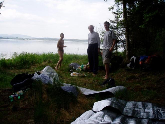 Našli jsme slušné místo, využívané často i rybáři a tak se můžeme tešit na další klidný večer. Nedaleko teče dokonce potok s pitnou vodou.