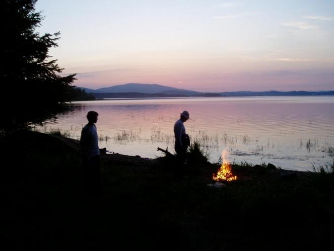 Dříví je všude dost a k romantickému večeru oheň patří. Lipno je z tohoto místa impozantní, prostě Jihočeské moře.