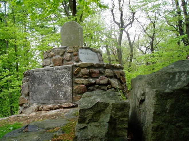 Pomník na vrcholu Hradu 666m