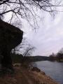 Skály nad řekou
