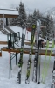 Přehlídka našich lyží. Zleva Jirkovo, Honzovo a moje. Zleva doprava také klesá jejich hodnota. :)