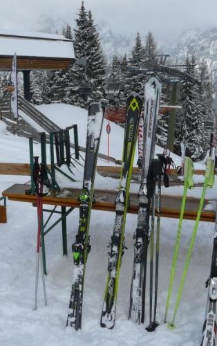 Přehlídka našich lyží. Zleva Jirkovo, Honzovo a moje. Zleva doprava také zhruba klesá jejich hodnota. :-)