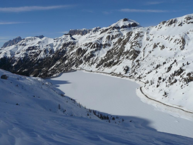 Zamzrlé jezero v sedle Fedaia ve výšce 2000 m.