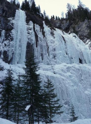 Cestou z Marmolády na hotel, kterou jsme absolvovali na lyžích, jsme projížděli krásnou soutěskou Serrai lemovanou ledopády. Škoda, že bylo na pořádné focení už moc šero.