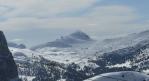 Pohled k Passo Sella, přes které jsme jeli autem. Za chvíli tam budeme i na lyžích.