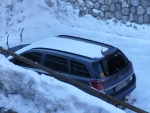 Sněhem krásně vyčištěné auto, prašná cesta zpět mu však vrátí normální vzhled.