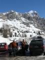 Dva hnědí medvědi v sedle Falzarego, když jsme zastavili při cestě zpět. Vyjeli jsme zrovna kousek nad 2000 m n. m. a kousek od nás se lyžovalo. Byli jsme nad známým střediskem Cortina d'Ampezzo.