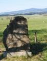 A opodál i pomník padlému pohraničníkovi, který jasně signalizuje, že jsme v kdysi zapovězeném území. V pozadí je Sternstein, vrch v Rakousku. Až kamsi za něj do Čech, máme v plánu dojít.