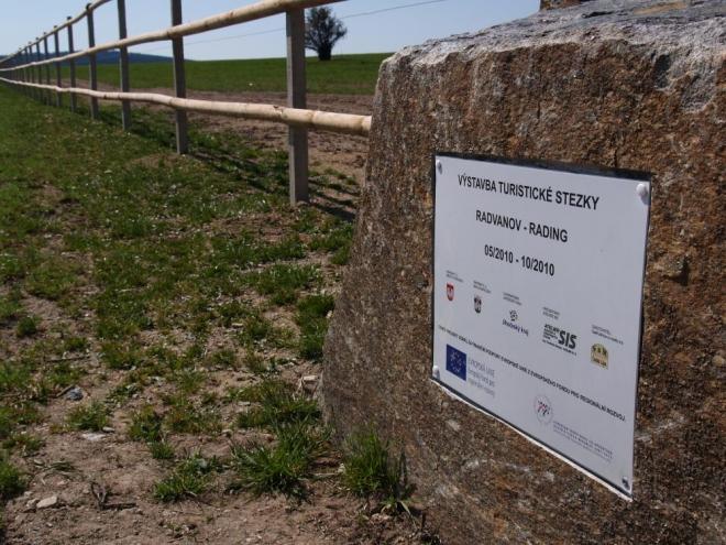 """A čeká nás tady překvapení. Za mnoho milionů zde """"vybudovali"""" za peníze EU naprosto nesmyslný koridor pro turisty, kde procházíme ohradou jako stádo volů..."""