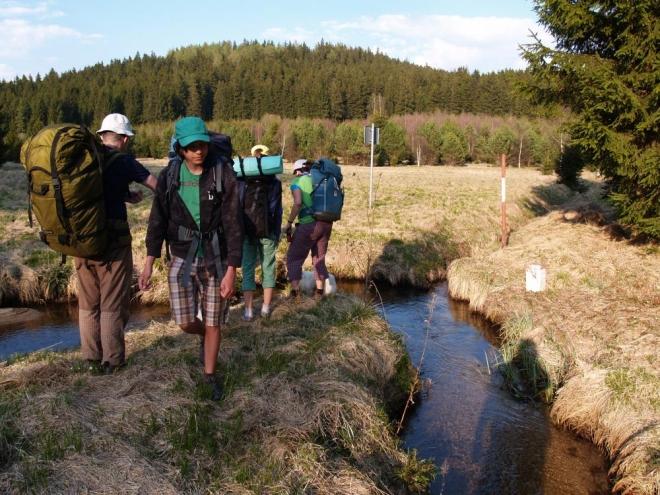 Párkrát si skočíme sem tam přes potok a když vidíme, že je kolem v lukách stále víc vody, míříme k lesu.