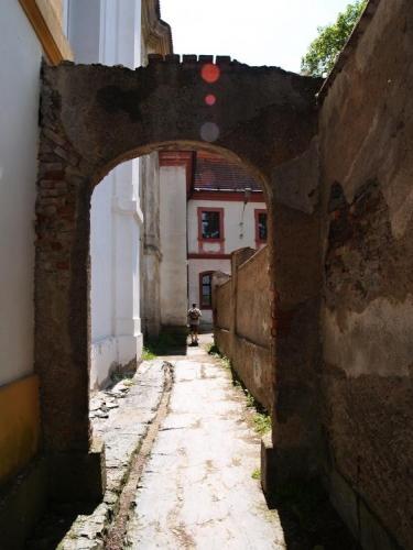 U kláštera.