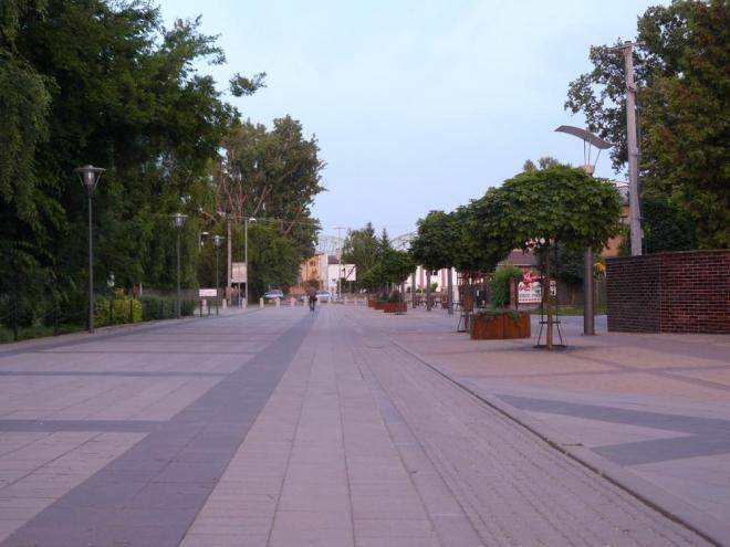 Ulice vedoucí k nábřeží a mostu. V městečku si člověk chvílemi připadá jako u moře. Je to dáno nejen vzhledem, turistickými obchody či restauracemi a rovinatou krajinou, ale především vlhkým vzduchem osvěžujícím i v parnu.