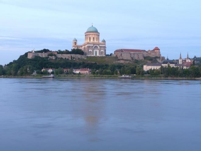 Impozantní pohled přes Dunaj na pevnost a baziliku.