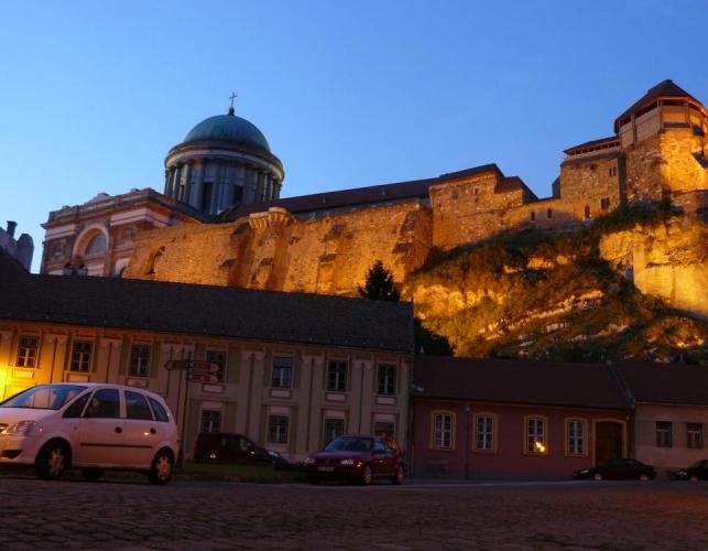 Pomalu se stmívá, začínáme obcházet kopec, na němž je umístěna pevnost a bazilika, a já se snažím alespoň trochu zachytit osvětlení hradeb.