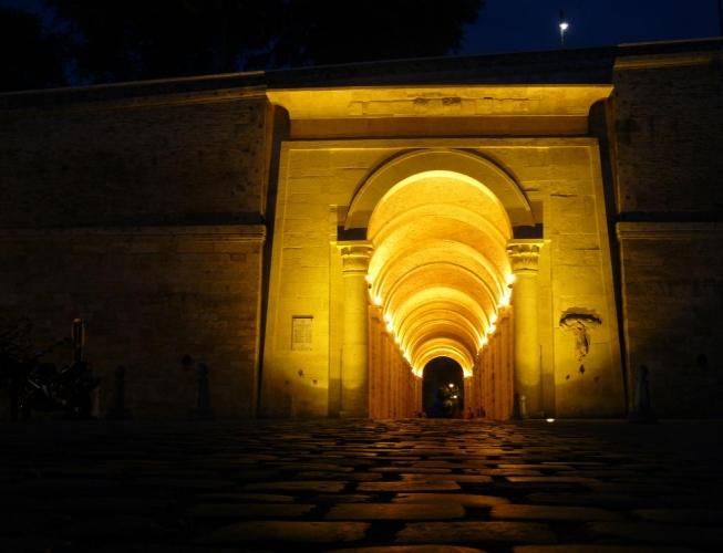 A skrz ní vedl překvapivě dlouhý tunel. Dle anglické Wikipedie má 90 metrů a říká se mu Dark Gate (Tmavá brána).