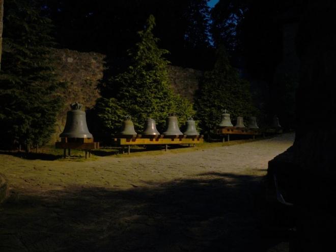 Areál baziliky je takto večer už uzavřen. To je mi tedy přístup k turistům! Když už nic, tak si alespoň vyfotím přes mříže zvony. Tma mi znemožnila další focení.