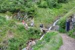 Stoupání Obřím dolem kříží potok, ze kterého se trkačem dopravovala voda na vrchol Sněžky.