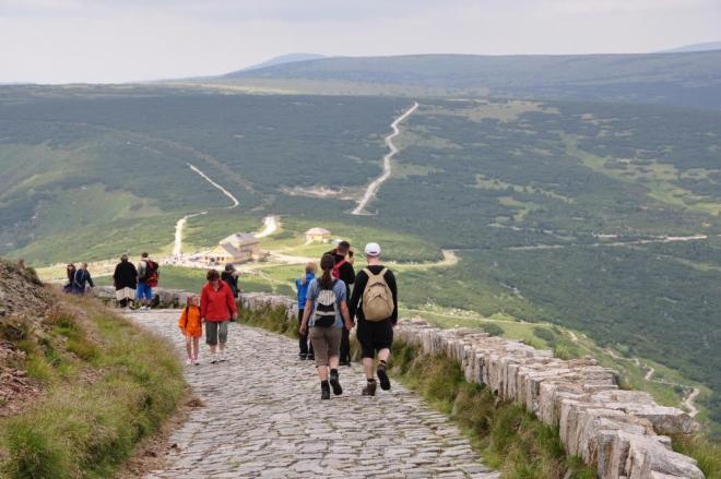 Dnes je nově nahoru řetězovou cestou jednosměrka a tak většina turistů dolů míří touto kamenitou cestou.