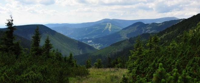 Vyhlídka směrem ke Špindlu. V pozadí Medvědín se sjezdovkami.
