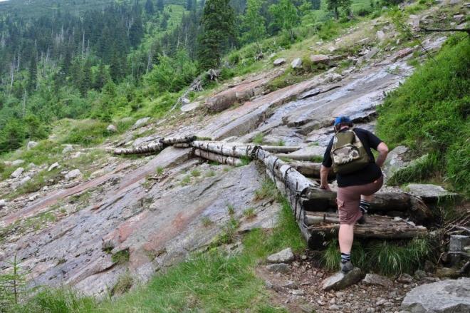 Přelézáme i lavinami obnažený terén.