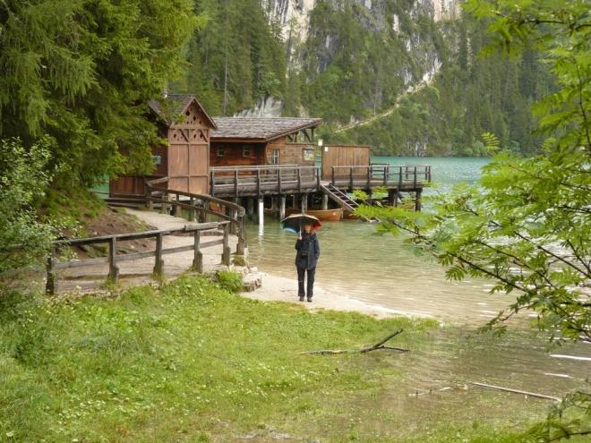 Malý přístav na břehu jezera Pragser Wildsee
