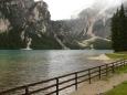 Jezero Pragser Wildsee a okolní hory