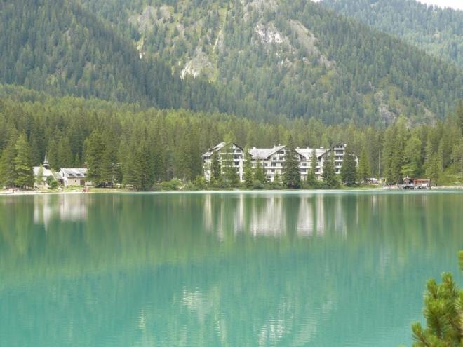 Hotel Pragser Wildsee, kostel a malý přístav
