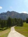 V pozadí hora Heiligkreuzkofel