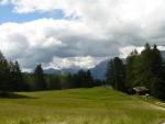 V pozadí Marmoláda, nejvyšší vrchol Dolomit