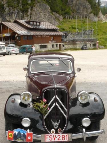 Celý den okolo nás jezdila takováto stará auta