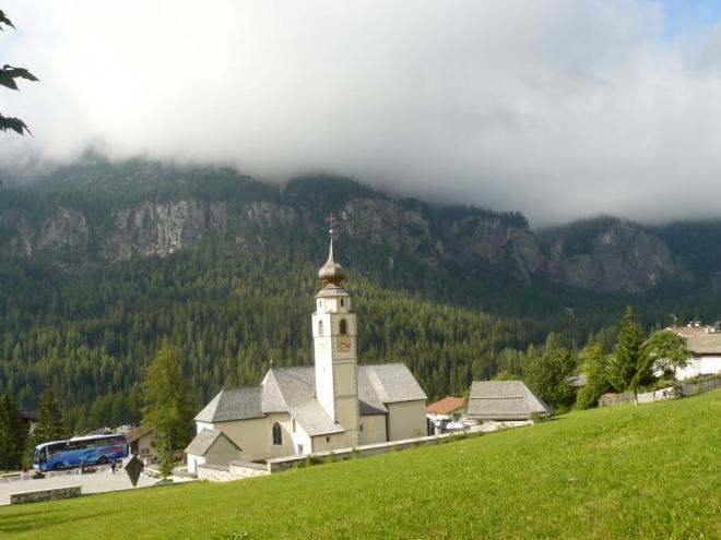 Kostel v obci Colfuschg, kde parkoval náš autobus