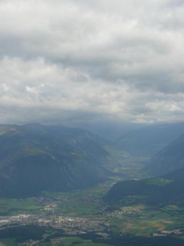 Pohled do údolí, kde leží i Bruneck