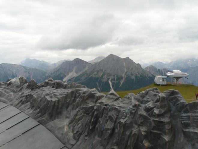 Model hor na vrcholu Kronplatzu a opravdové hory v pozadí