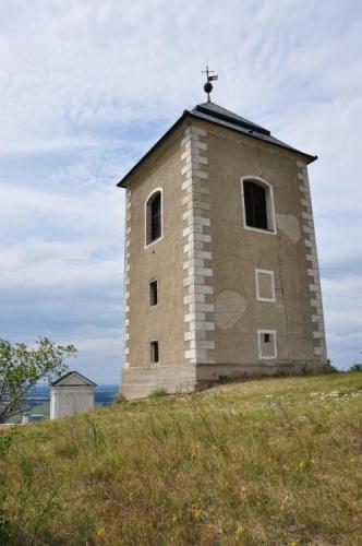 Zvonice je přímo na vrcholu hory.