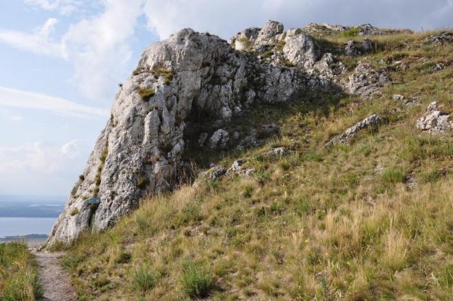 Před sestupem děláme zastávku u obnažených vápencových skal. Dohlédneme opět až k Novým Mlýnům.