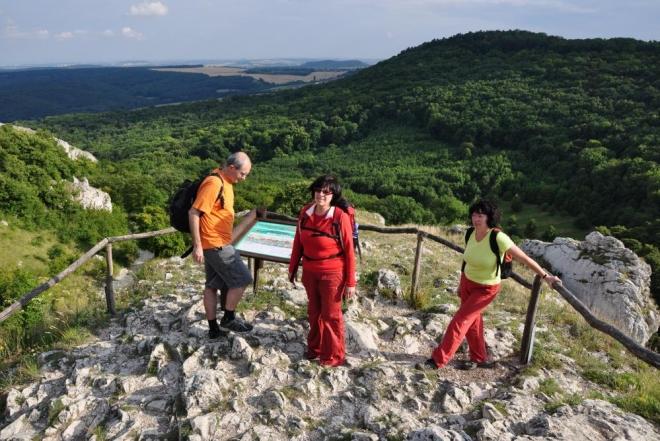 Na druhé straně Soutěsky ční Pálava, hora která dala pojmenování celé oblasti.