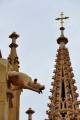 Věžičky, ornamenty a sochy ozvláštňují naše chtivé pohledy.