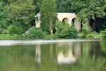 Akvadukt je dobře vidět i z opačného břehu rybníka.