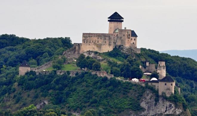 Přejezd z Lednice do Popradu nám trvá ještě téměř 7 hodin. Jednu ze zastávek děláme u Trenčína, kde máme krásný výhled na hrad (zoom 200mm).