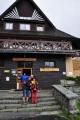 U Popradského plesa nás déšť zanáší do Popradské chaty a tak máme čas na polévku a kávu.