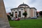 Podobně i velké kostely umístěné uprostřed náměstí.