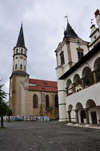 Kostel svatého Jakuba skrývá nejvyšší gotický oltář na světě. Vyroben je z lipového dřeva. Bohužel na prohlídku bychom skoro hodinu čekali a tak se musíme spokojit s průzkumem zvenčí.
