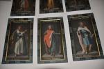 Za oltářem jsou ukryty obrazy svatých.