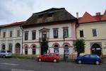 Náměstí zdobí dokonce jeden dům s doškovou střechou.