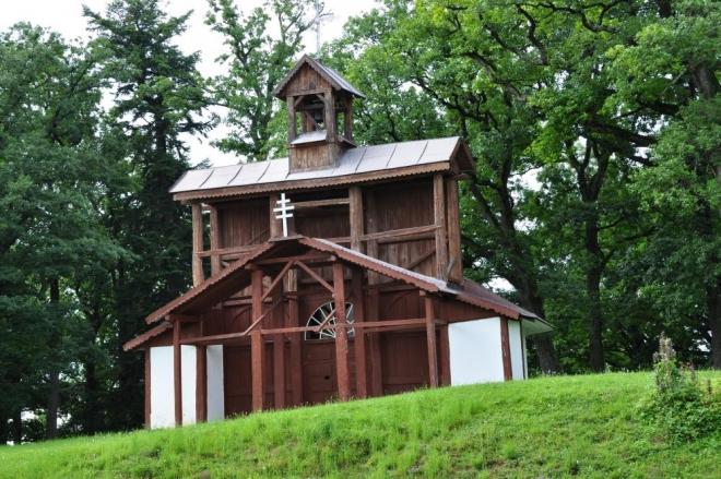 Po přejezdu pod vrchol Mariánské hory je jen co by kamenem dohodil k Bazilice Panny Marie. Původně zde stála pouze dřevěná kaplička podobná této.