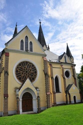 V interiéru nového chrámu je umístěná nádherná socha Panny Marie, která je symbolom mariánských poutí do Levoče.