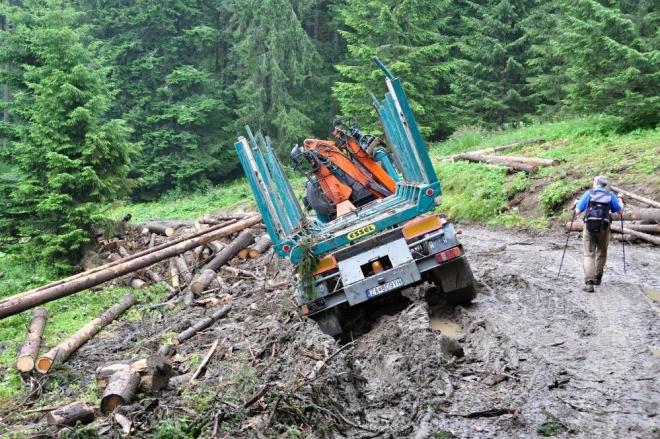 Míjíme kvalitní zkratku a jdeme do sedla Brtkovica. Deště důkladně promáčely terén a odnesl to i tento silný stroj.